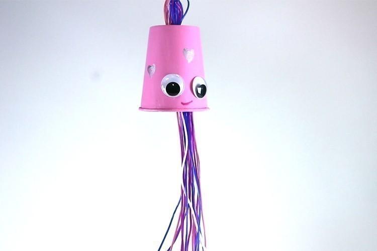 fabriquer un mobile pieuvre avec un gobelet activit s. Black Bedroom Furniture Sets. Home Design Ideas