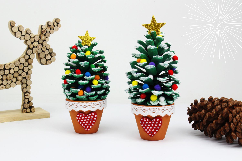 Sapin De Noël Avec Une Pomme De Pin