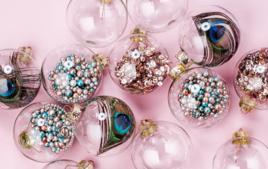 Je décore des boules transparentes - Activités de Noël - 10doigts.fr