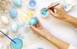 Décorer les oeufs à la peinture Acrylique - Activités de Pâques - 10doigts.fr