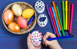 Je décore mes oeufs avec des pochoirs - Activités de Pâques - 10doigts.fr