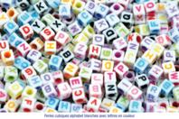 Perles cubiques blanches alphabet couleurs assorties - Set de 280 - Perles alphabet - 10doigts.fr