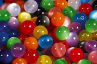 """Set de 25 perles rondes """"Shine"""" en PVC, couleurs assorties - Perles acrylique - 10doigts.fr"""