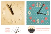 Horloge carrée avec chiffres et cœurs en relief - Horloges - 10doigts.fr
