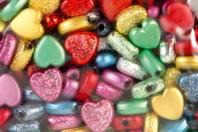 Perles coeurs métallisées et pailletées assorties - 160 perles - Perles en plastique - 10doigts.fr