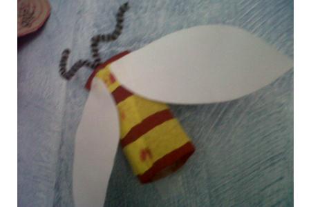 Abeille avec un rouleau de papier toilette - Créations d'enfant - 10doigts.fr