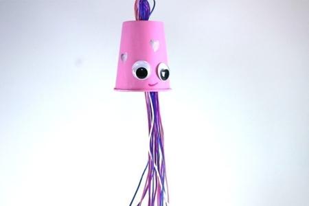 Fabriquer un mobile pieuvre avec un gobelet - Activités enfantines – 10doigts.fr