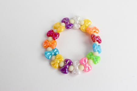 Perles en plastique coloré irisé - Couleurs assorties - Perles enfants – 10doigts.fr