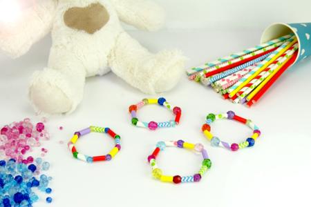 Faire un bracelet avec des pailles en carton - Activités enfantines – 10doigts.fr