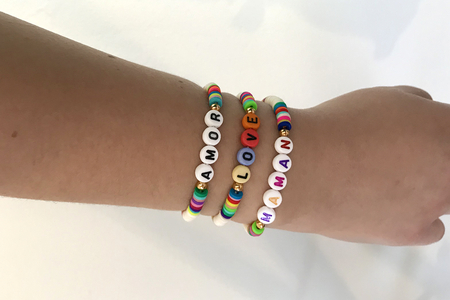Bracelet perles Heishi et alphabet - Fête des Mères – 10doigts.fr