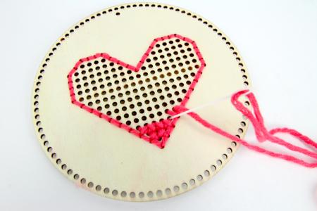 Kit créatif de broderie sur bois - 6 disques coeurs - Supports à broder – 10doigts.fr