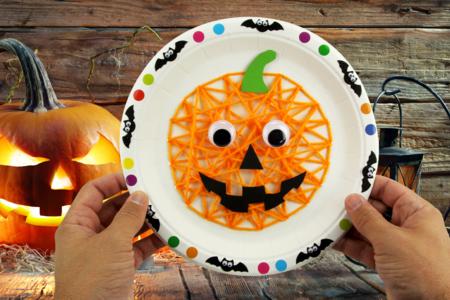 Citrouille avec de la laine et une assiette en carton - Halloween – 10doigts.fr