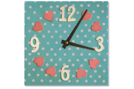 Horloge carrée avec chiffres et cœurs en relief - Horloges – 10doigts.fr