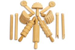 Set de 12 outils en bois, pour le modelage - Ebauchoirs, mirettes, extrudeurs, rouleaux – 10doigts.fr