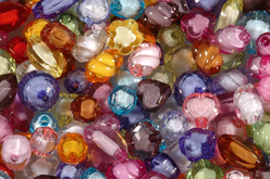 Set d'environ 100 perles à facettes, couleurs et formes assorties