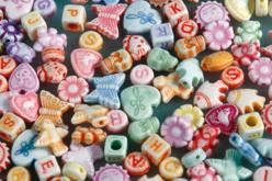 Set de 250 perles lettres et formes assorties en plastique , couleurs assorties