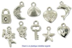 Set de charm's assortis en plastique métallisé argenté, avec anneau