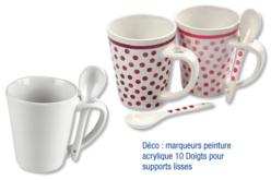 Mugs en porcelaine blanche avec cuillères