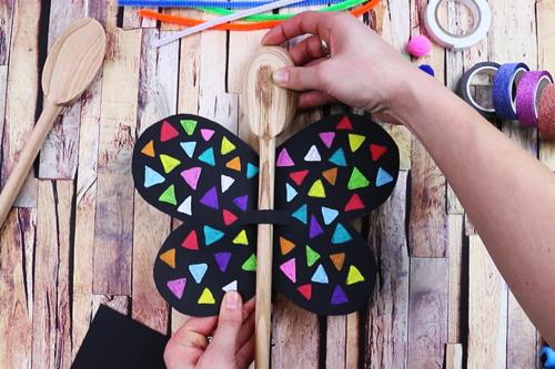 Marionnette papillon avec une cuillère en bois