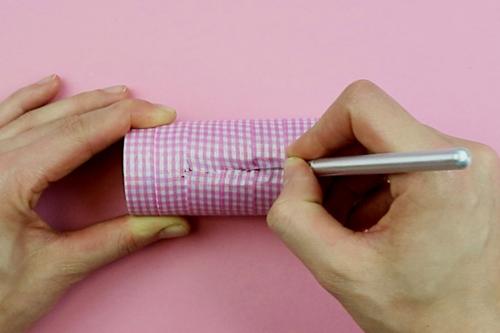 Support pour smartphone avec un rouleau en carton