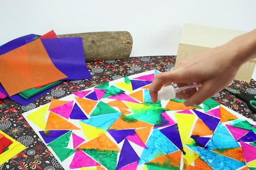 Tableau avec du papier de soie mouillé